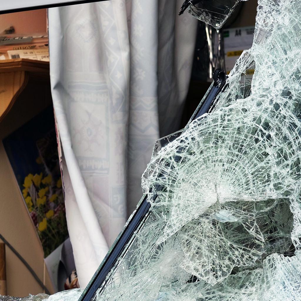 Brutaler Angriff auf KOWA Fenster