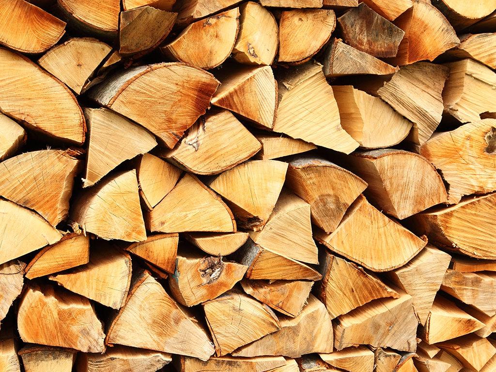 Stapel gehacktes Feuerholz